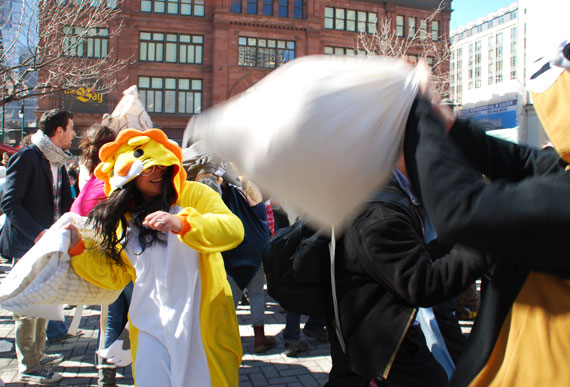 pillow-fight-day_montreal-2013_03