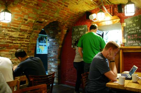 11_toronto-eat-healthy_hostelling-international-bar-cavern