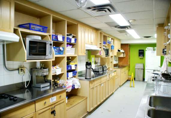 16_toronto-eat-healthy_hostelling-international_kitchen